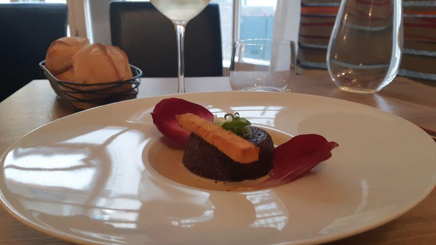 Charlotte de boudin noir, escargots, endives, sauce au bleu de Laqueuille