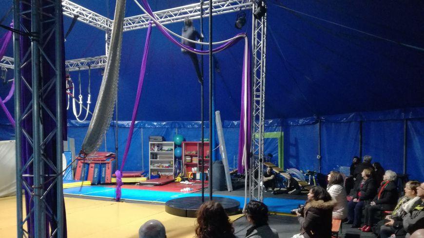 Sous le chapiteau des Guinottes à Hericourt, du cirque contemporain avec trapèze, funambule, jonglage