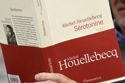 En train de lire le nouveau livre de Houellebecq