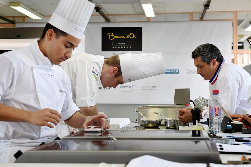 Matthieu Otto (au centre), en plein entraînement à l'Ecole Ferrandi à Paris.