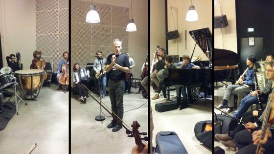 Les élèves du CNSMdP, avec Garth Knox (au centre) et Alexandros Markeas (près du piano)