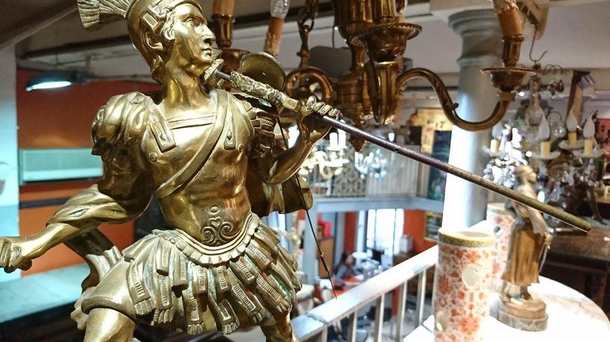Babioles en tout genre à l'hôtel des ventes de Nîmes