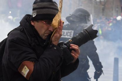 Un journaliste couvrant les manifestations des gilets jaunes le samedi 8 décembre 2018