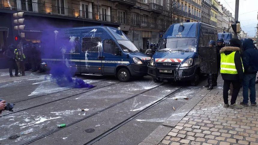 Les cars des forces de l'ordre ont recu des projectiles et de la peinture.