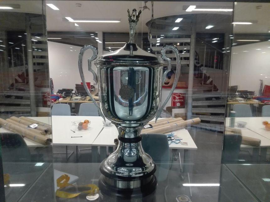 Remportée en 2011 par les handballeuses de Larvik, la Ligue des Champions trône fièrement dans la vitrine à trophées de la Boligmappa Arena, la superbe salle du club norvégien