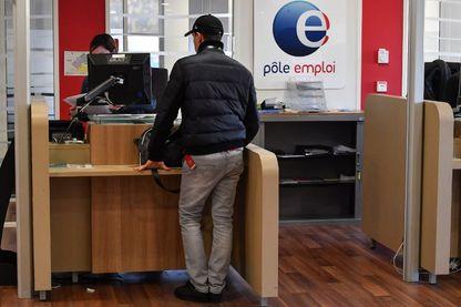 """Parmi les modifications dévoilées dans un décret publié le 30 décembre , le fait qu'après deux refus """"d'une offre raisonnable"""", l'allocation chômage sera supprimée pendant un mois"""