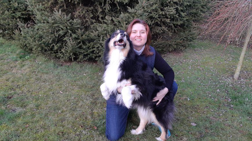 """Audrey Philippart vit avec Joe, un berger australien de 5 ans, prêté par l'association """"Les chiens du silence"""""""
