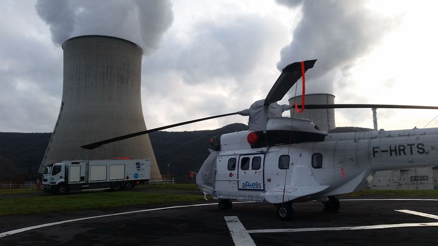 Un hélicoptère Super-Puma transporte le matériel sur place