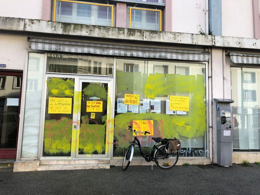 La permanence d'une députée LREM à Saint-Nazaire recouverte de peinture jaune.