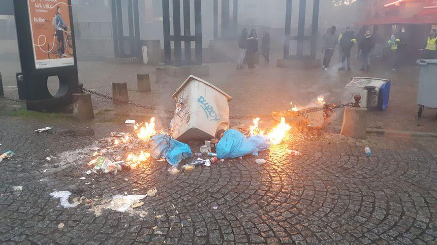 Les manifestants laissent de nombreux dégâts sur le cours des 50 otages.