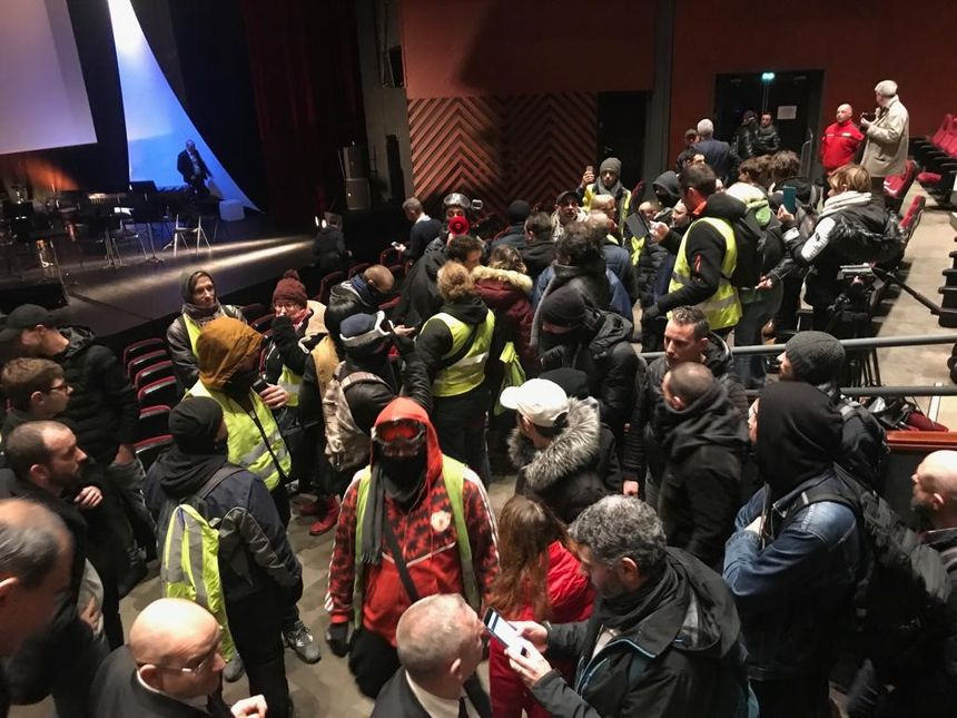 """Le Palais des Congrès du Mans a été évacué, une partie des """"'gilets jaunes"""" étaient entrés dans la salle où devaient se tenir les vœux"""