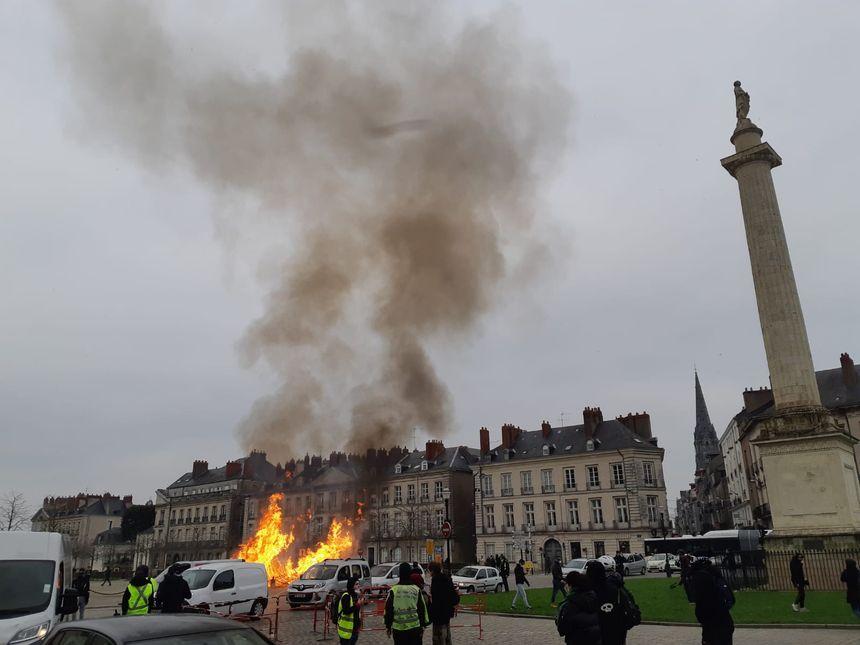 Des sapins brûlent à Nantes lors de la manifestation des gilets jaunes
