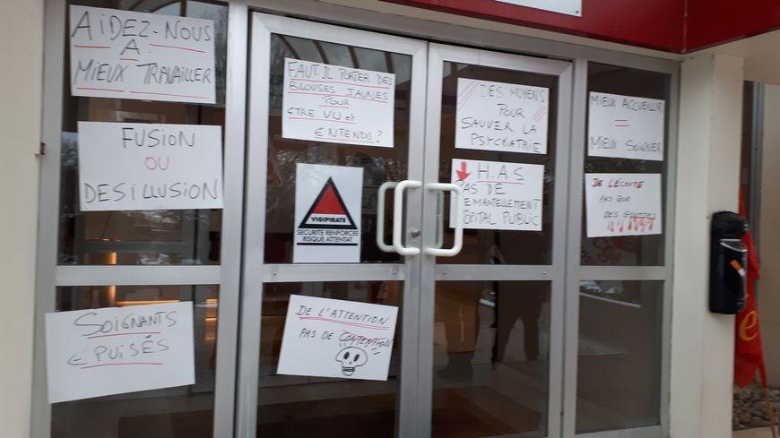 Les agents grévistes de l'hôpital de Jury ont recouvert de slogans la porte d'entrée de la direction