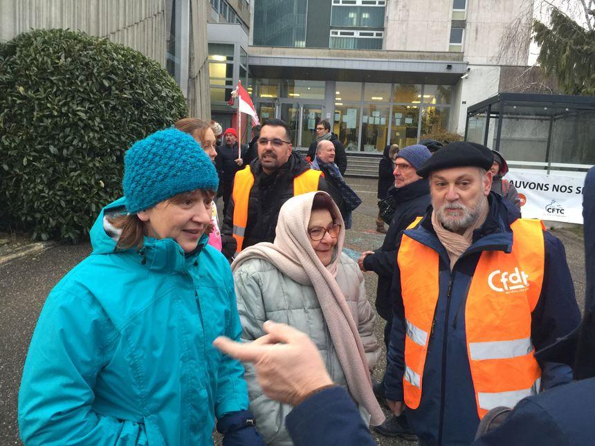 Jeanne-Stolz Mawrot, la maire de Husseren Wesserling (bonnet bleu) reste très mobilisée