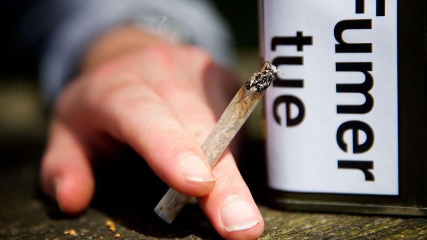 Les hommes sont plus nombreux à fumer en PACA que les femmes.