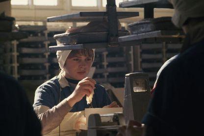 Ouvrière pesant du haddock dans une usine de Saint-Pierre et Miquelon en 1967