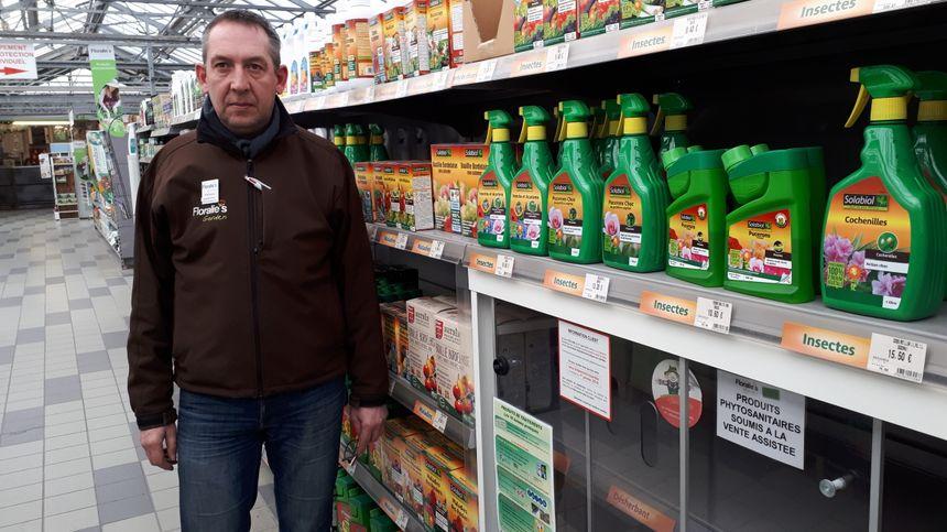 Stéphane Lieber, vendeur certifié phyto va devoir passer beaucoup plus de temps avec les clients pour expliquer les nouveaux produits.