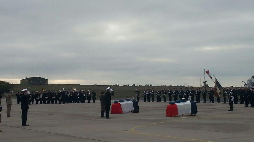 La ministre des Armées Florence Parly et le général Philippe Lavigne, chef d'état-major de l'Armée de l'air se recueillent devant les deux cercueils