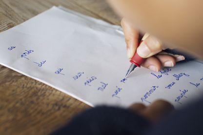 Enfant écrivant des mots