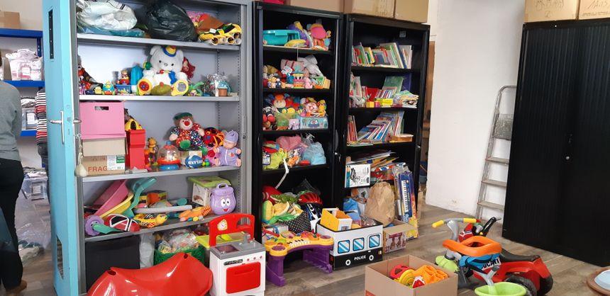 Les jouets entreposés là où trônaient jadis des classeurs.