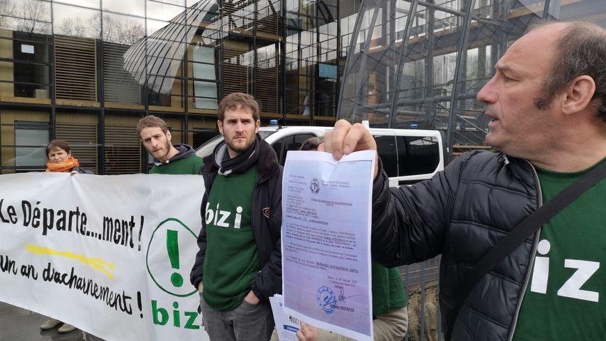 Les membres de Bizi jeudi matin devant l'hôtel du département à Pau