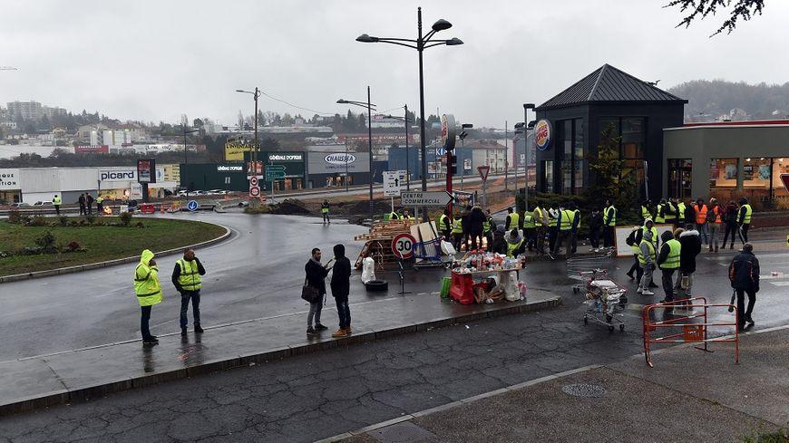 """L'accident s'est produit au rond-point de Monthieu, occupé par des """"gilets jaunes"""" depuis le mois de novembre."""