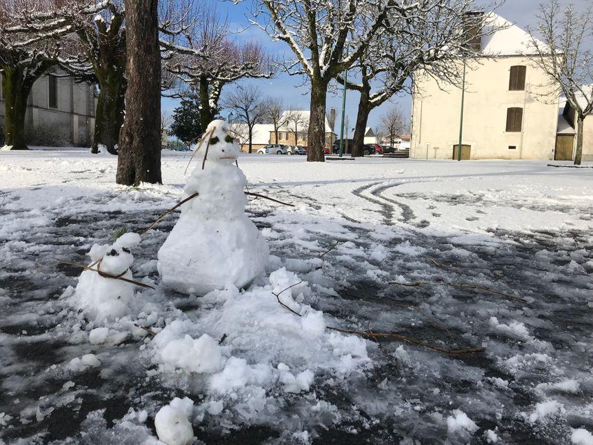 Des bonhommes de neige sont apparus sur plusieurs places du village.