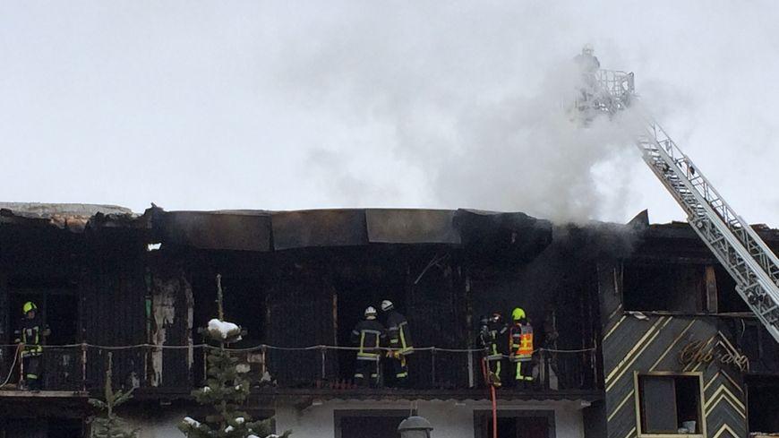 Les sapeurs-pompiers sur le site de l'incendie du bâtiment à Courchevel 1850, Savoie
