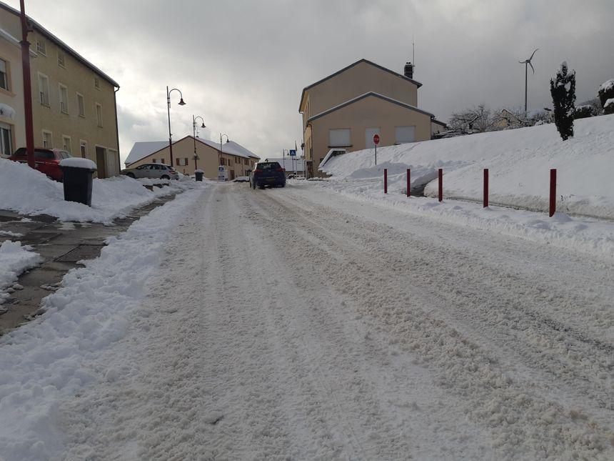 La route à Entrange était encore pleine de neige au milieu de la journée.
