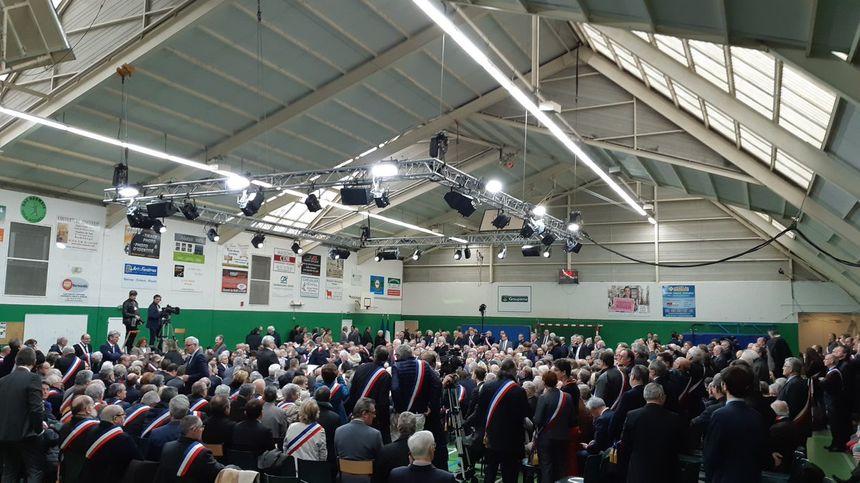 Six cents maires et élus normands rassemblés dans le gymnase de Grand Bourgtheroulde.
