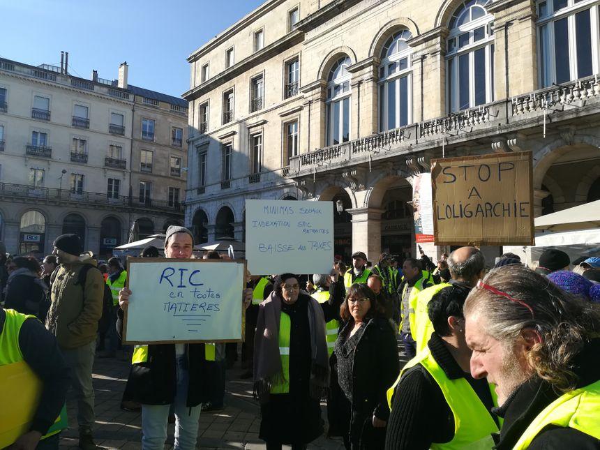 """Sur l'une des pancartes on pouvait aussi lire """" pour la justice fiscale"""""""