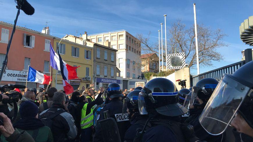 Les gilets jaunes marseillais rassemblés devant les locaux de La Provence.