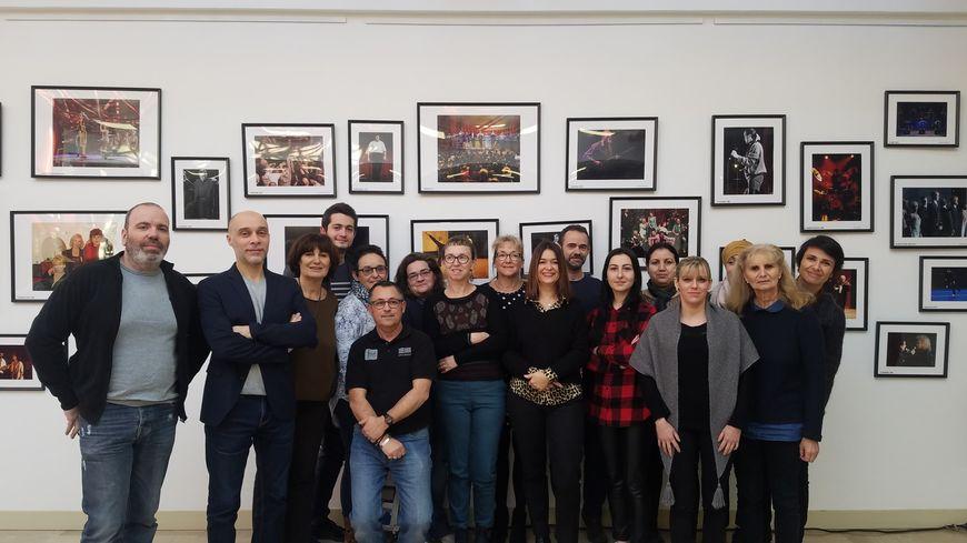 Une partie de l'équipe de l'Espace Malraux devant l'un des murs de photos des artistes passés dans la salle.