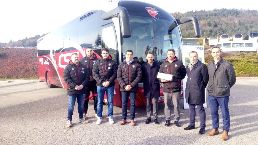 Les dirigeants du CS Annonay Rugby posent avec les responsables d'Iveco et Olivier Dussopt, acteur du rapprochement entre les deux partenaires.