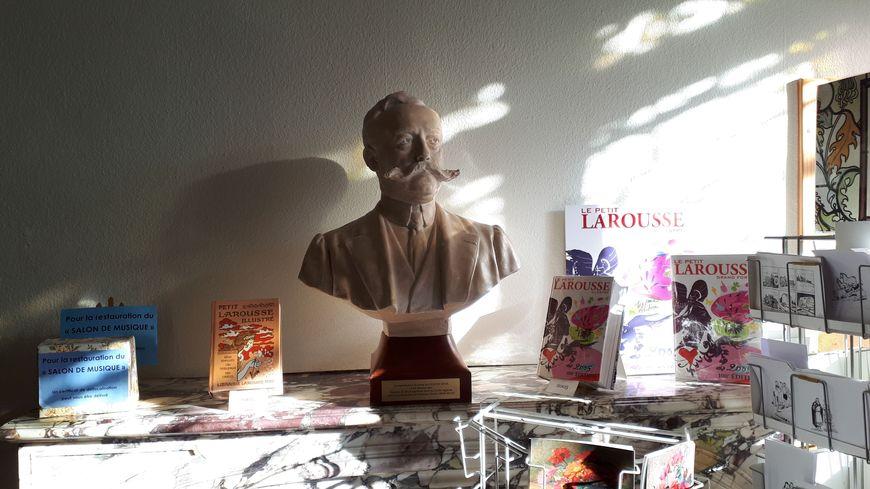 Buste de Claude Augé dans la maison de Claude Augé à L'Isle-Jourdain (32)
