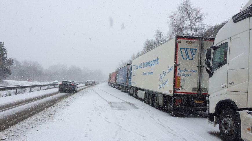 Des poids lourds bloqués sur l'autoroute A20, au nord de Limoges à cause de la neige, en février 2018