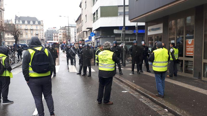 Face à face dans la rue du Faubourg de Saverne
