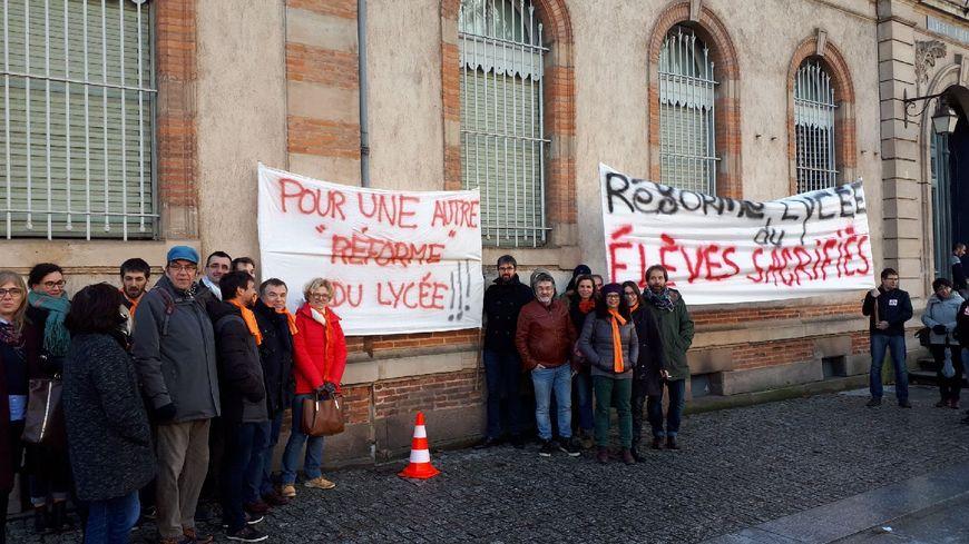 Les enseignants du Tarn ont organisé un premier round de la mobilisation devant le Lycée Lapérouse, le lycée du centre-ville d'Albi.
