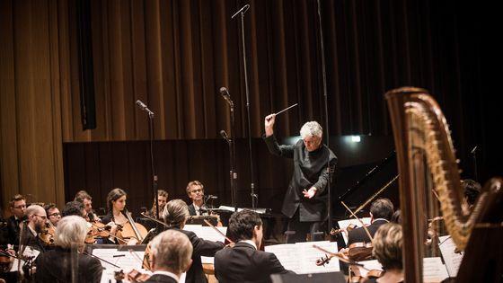 l'Orchestre Symphonique de Bretagne avec son directeur musical attitré : Grant Llewellyn