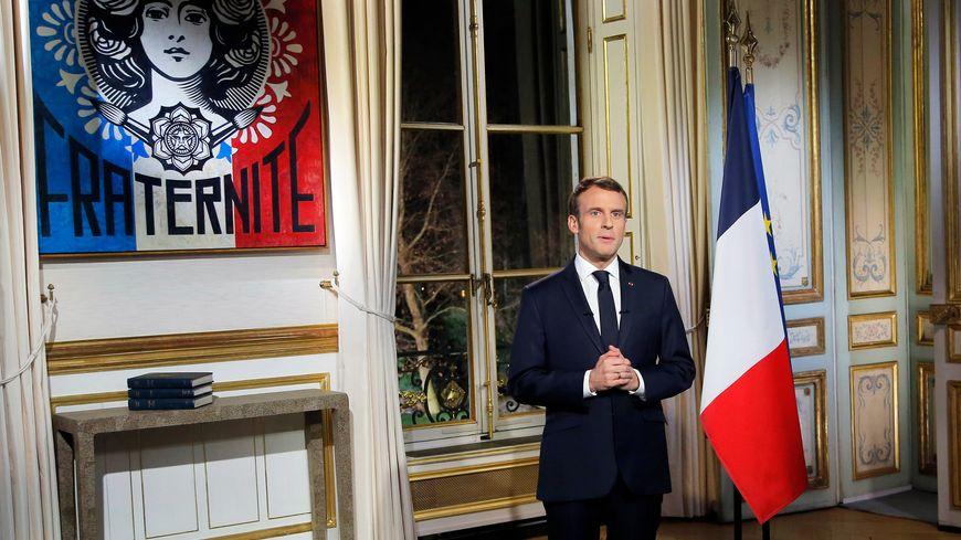 Emmanuel Macron s'est exprimé lundi soir pour ses voeux aux Français debout, face caméra, dans un discours de 16 minutes.