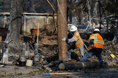 Des agents de PG&E réparent les installations électriques endommagés en Californie par les incendies, également soupçonnées aujourd'hui d'être à l'origine des feux meurtriers (octobre 2017)