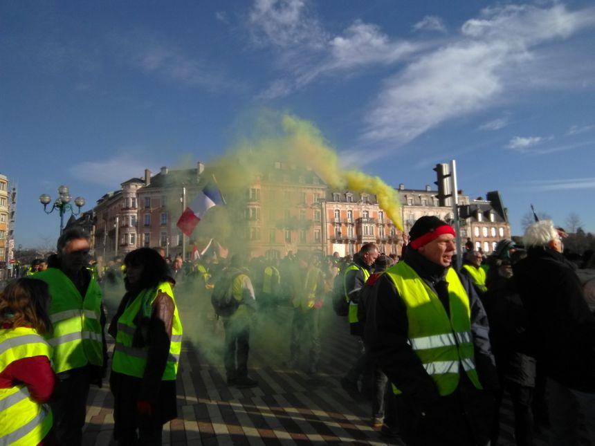 Ambiance fumigène, forcément jaune, sur la place Corbis, à Belfort