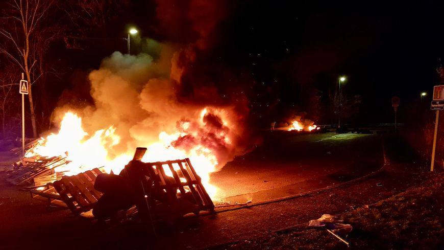 Plusieurs barricades ont été dressées pour bloquer l'accès au site d'impression de L'Est Républicain et de Vosges Matin