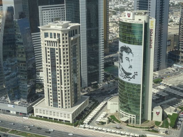 Portrait géant de l'Émir du Qatar, Cheikh Tamim ben Hamad Al Thani, sur la façade du Siège du comité Olympique du Qatar à Doha.
