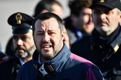 Matteo Salvini devant la presse lors de l'arrivée à l'aéroport de Rome de l'avion transportant Cesare Battisti