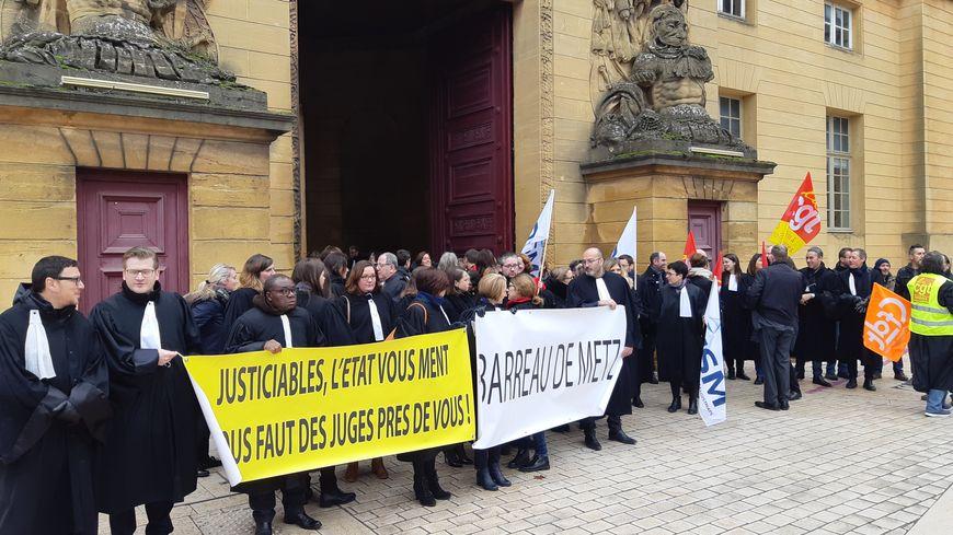 Manifestation des personnels de la justice devant le tribunal de Metz pour dénoncer le projet de réforme de la justice examiné à l'Assemblée Nationale