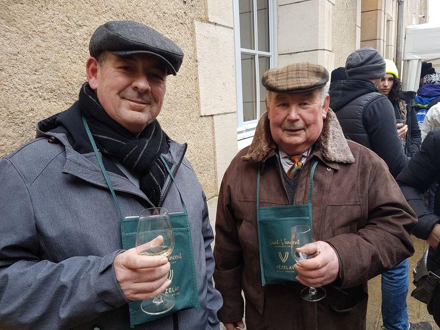 Ludovic (g) et son papa, Abel (d), sont venus en famille pour déguster du blanc du vignoble de Vézelay.