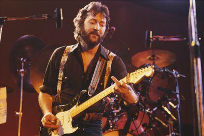 Eric Clapton, guitariste, chanteur et compositeur de blues et de rock, sur scène, en 1975.