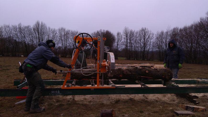La scierie mobile sur un chantier à Bonnat