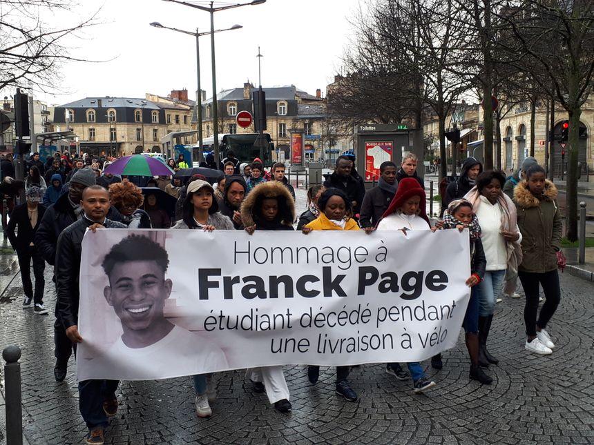 La marche a débuté place de la Victoire , la banderole portée par la famille de Franck